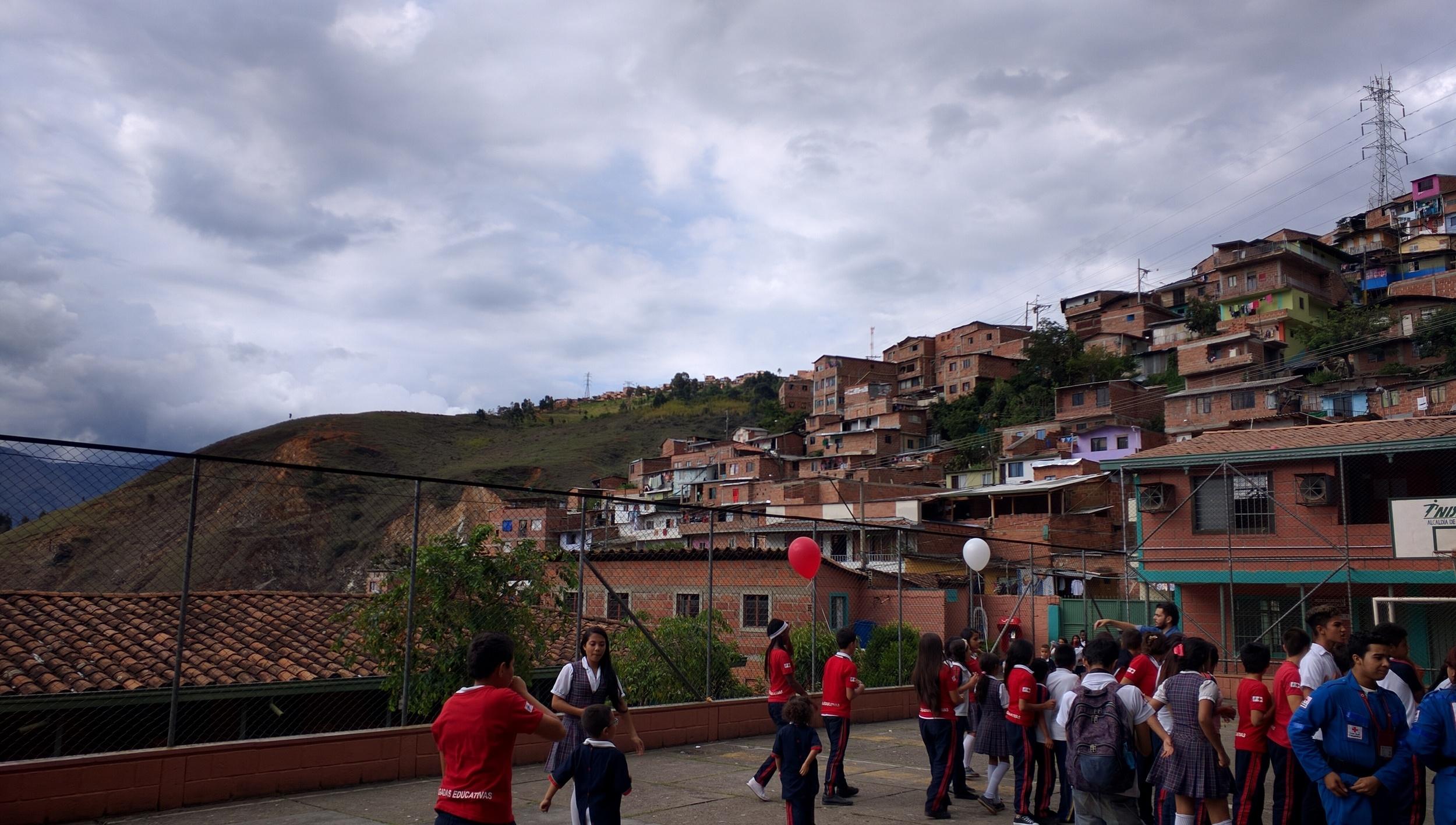 Realizando actividades con una Brigada Educativa en un colegio de Medellín // Brigadas Educativas in a school in Medellín