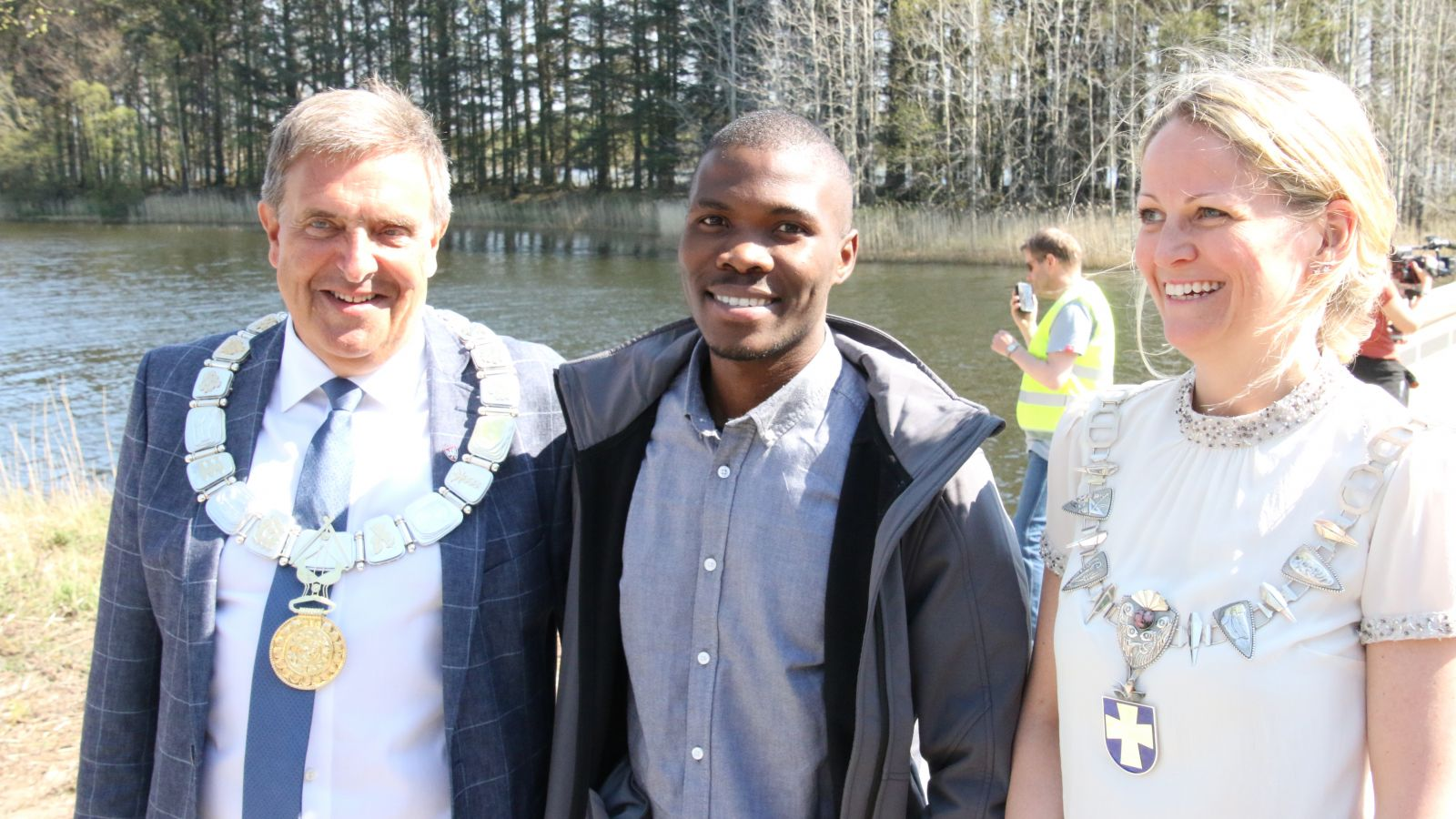 One of the youth delegates on a picture with the two mayors of Time and Klepp municipalities before the official opening of the new footbridge