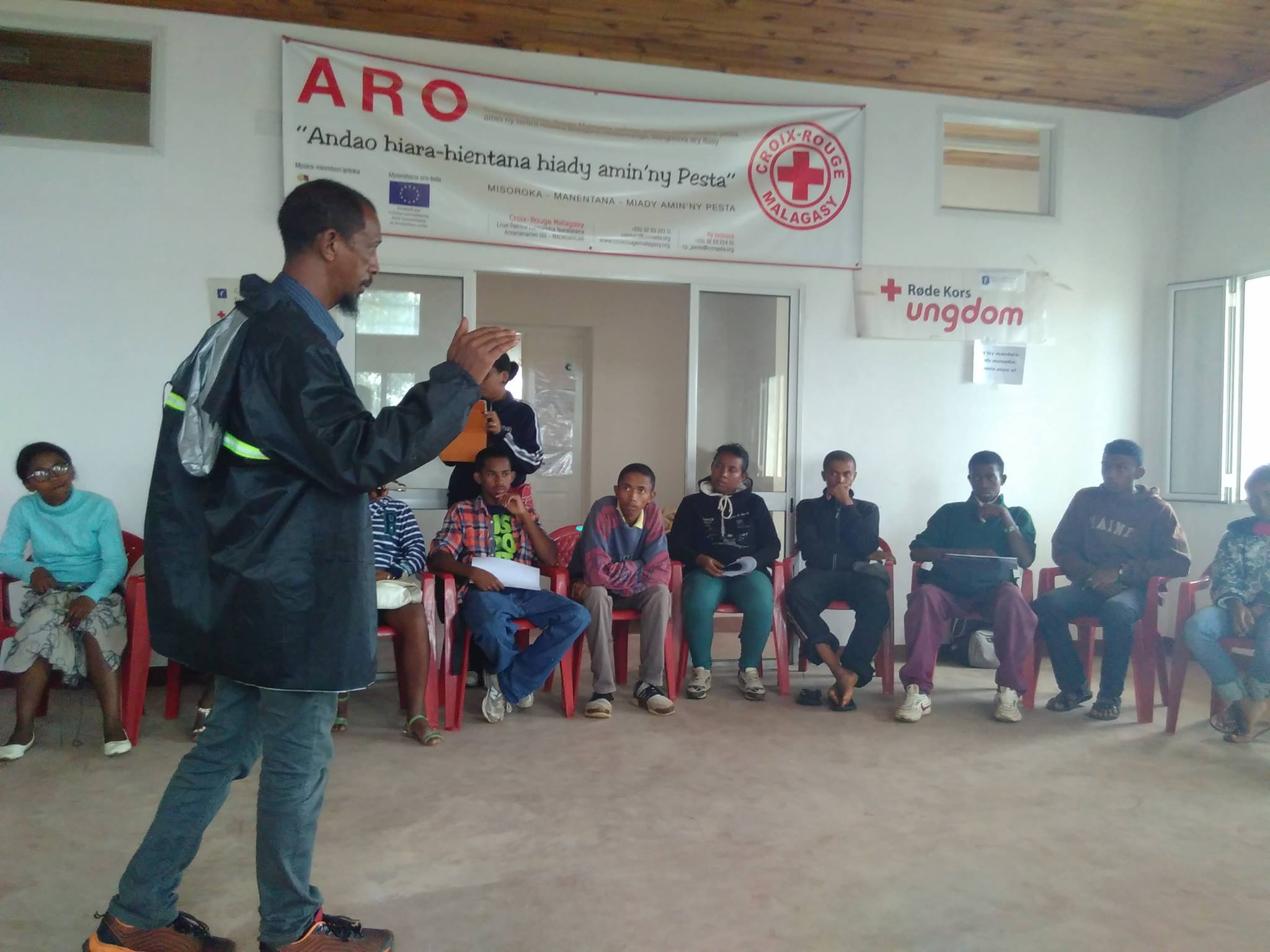 Mobilization meeting of the Red Cross volunteers in Tsiroanomandidy on risk management and potential consequences of the cyclone.  Photo credit:  Maria Ungdomsdelegat