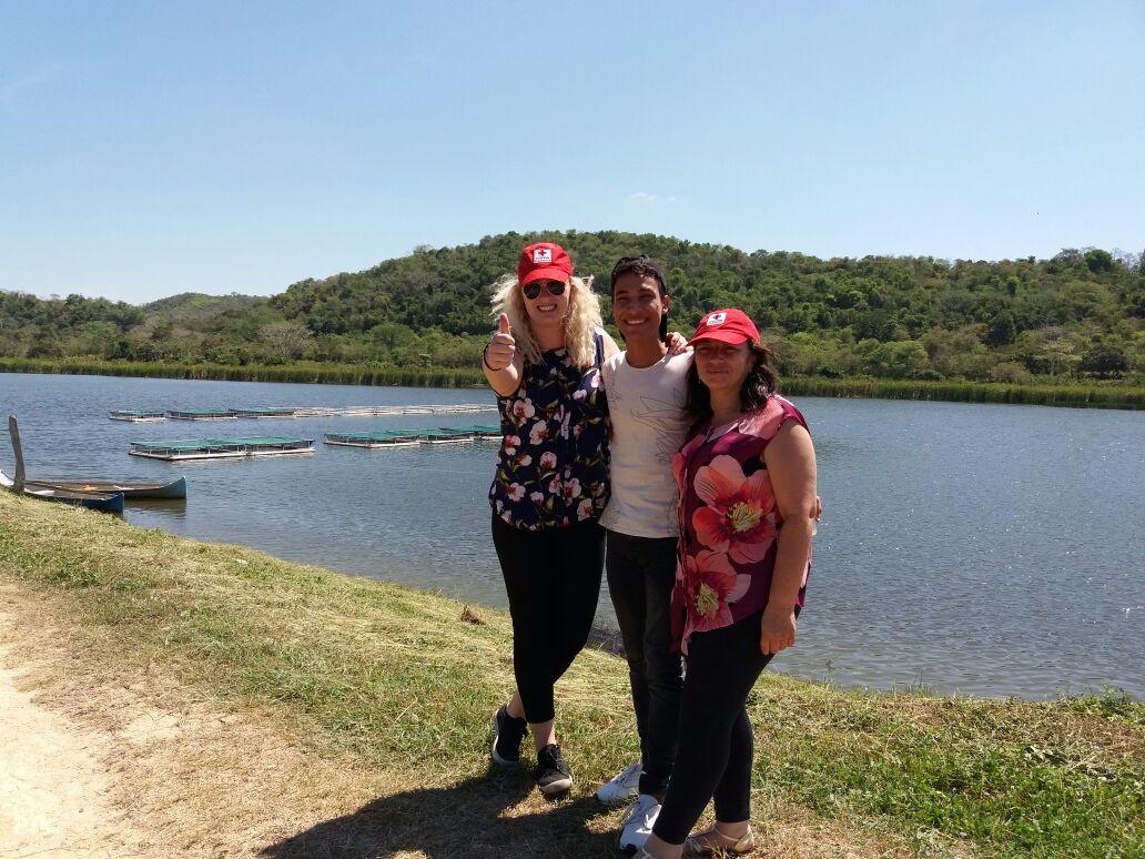 El negocio local y el suministro de alimentos - un lago con piscifactorías. ///  The local business and food supply - a lake with fish breeding.  Foto: Cruz Roja Colombiana