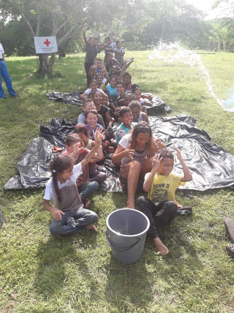 Los niños están participando en juegos de buidnings de equipo.
