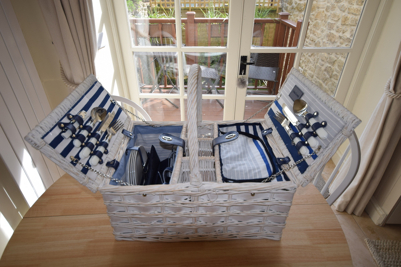 Self catering in Bath, White Hart Cottage, picnic hamper.JPG