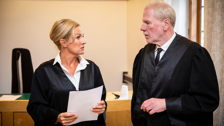 I RETTEN: Bistandsadvokat Ellen Eikeseth Mjøs og mannens forsvarer Fredrik Verling under rettssaken i Bergen tingrett i midten av juni.  FOTO: BJØRN ERIK LARSEN  Juli 2018    Les saken