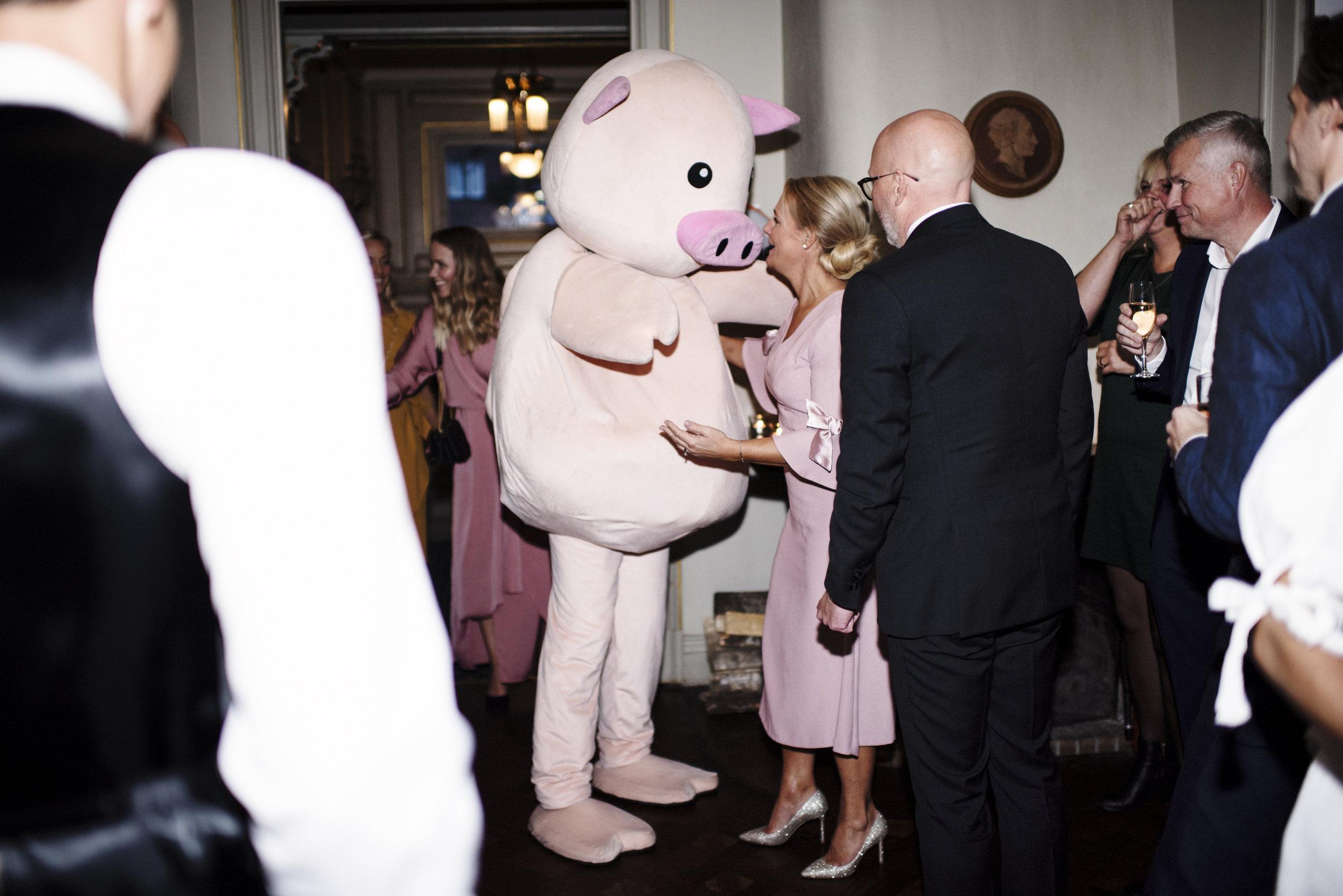 Det är alltid en bra idé att ta på sig en grisdräkt för att överraska brudparet.