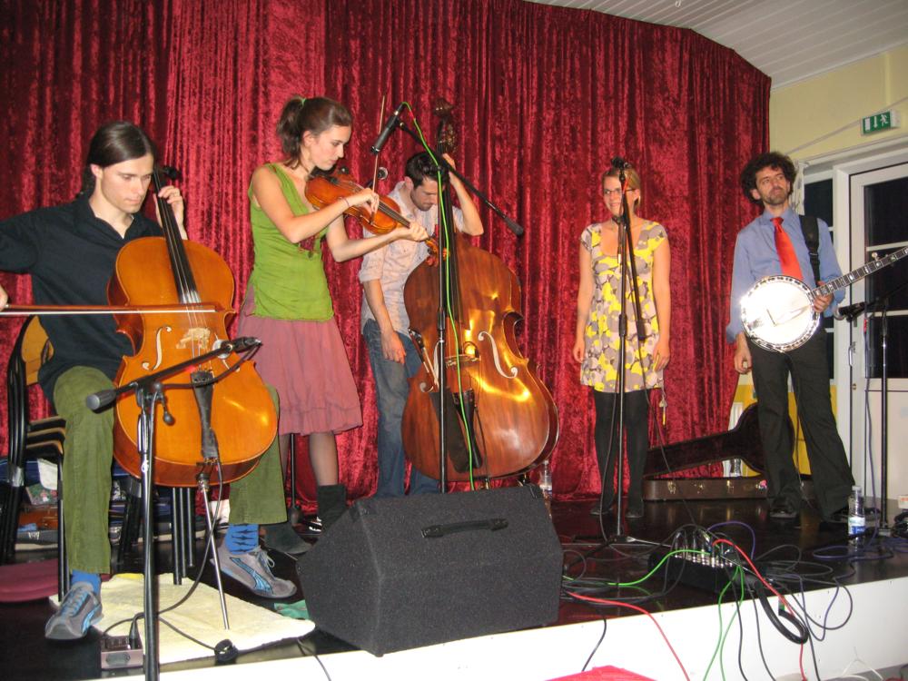 2008, 17. maj, Så kom turen til Crooked Still fra USA. Yderst til højre på banjo, Gregory Liszt som også medvirker i Bruce Springsteens Pete Seeger Session Band
