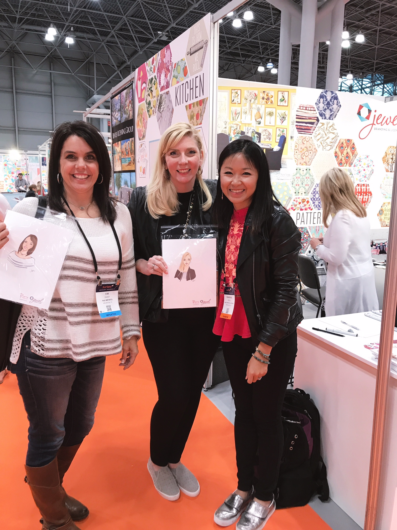 Licensing Artist Rongrong DeVoe live sketching at Jewel Branding booth at Surtex 2017-1