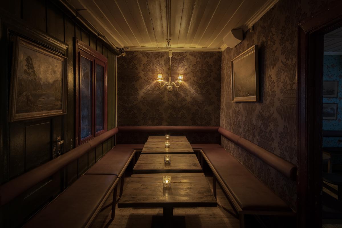 Salongene: Bord og benker i 2. etasje