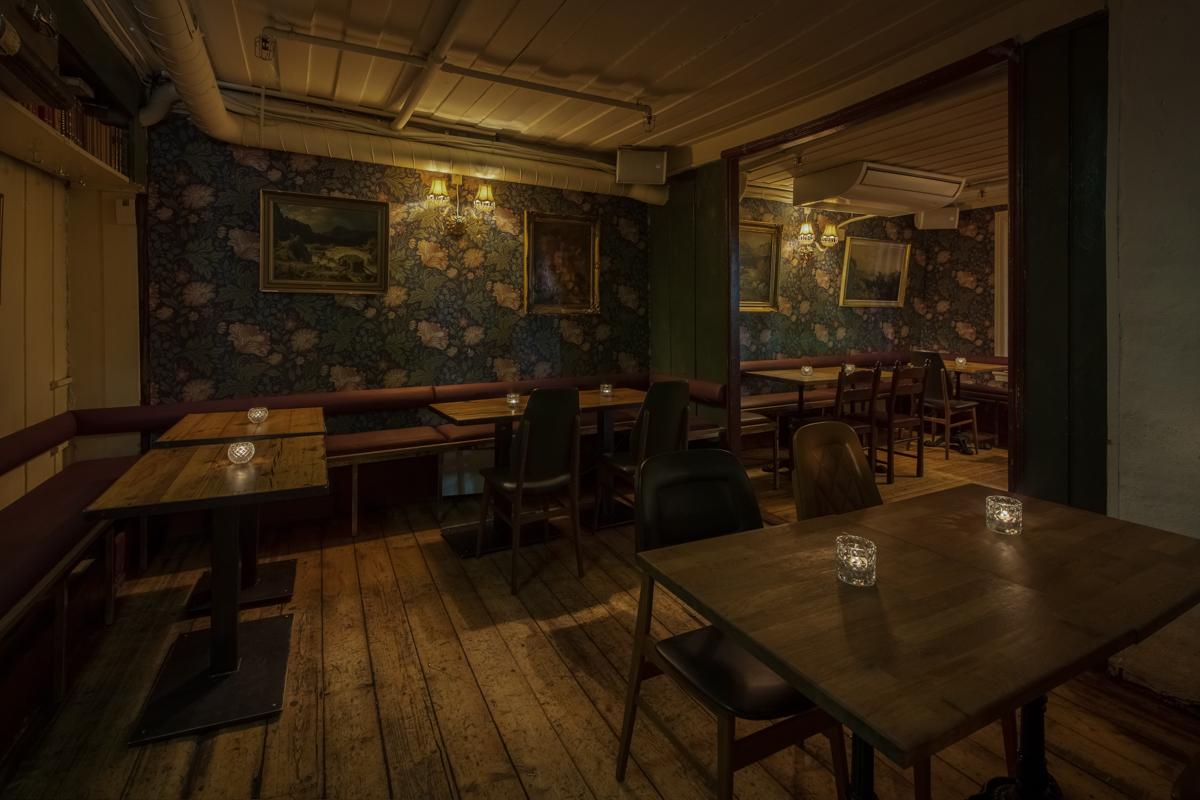Salongene: bord og stilig tapet