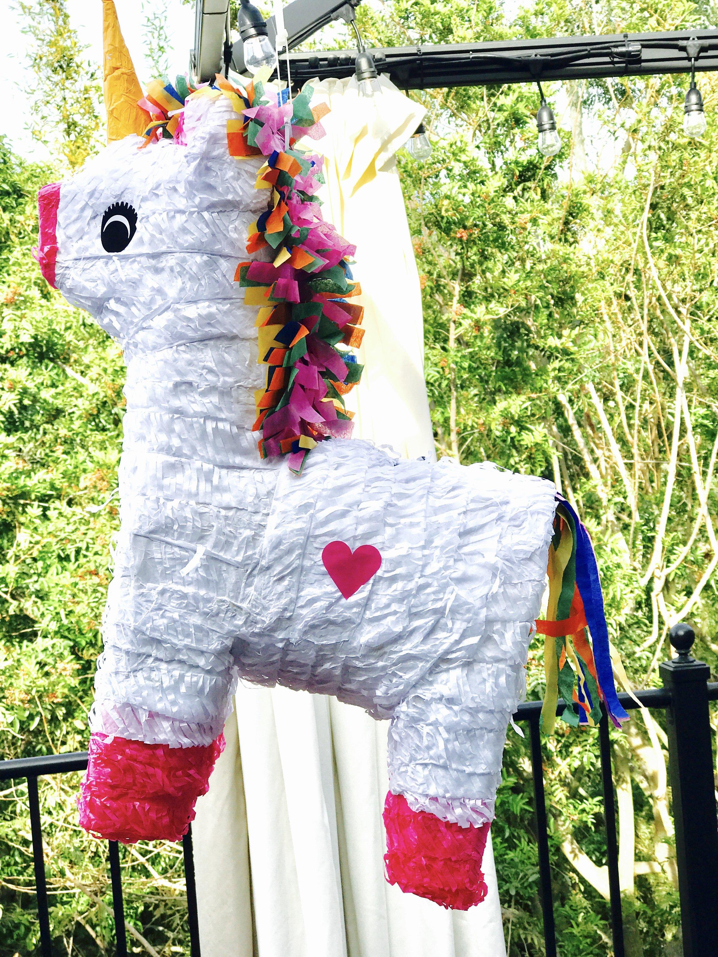 Självklart köpte vi en unicorn pinjata som var fylld med godis och presenter.