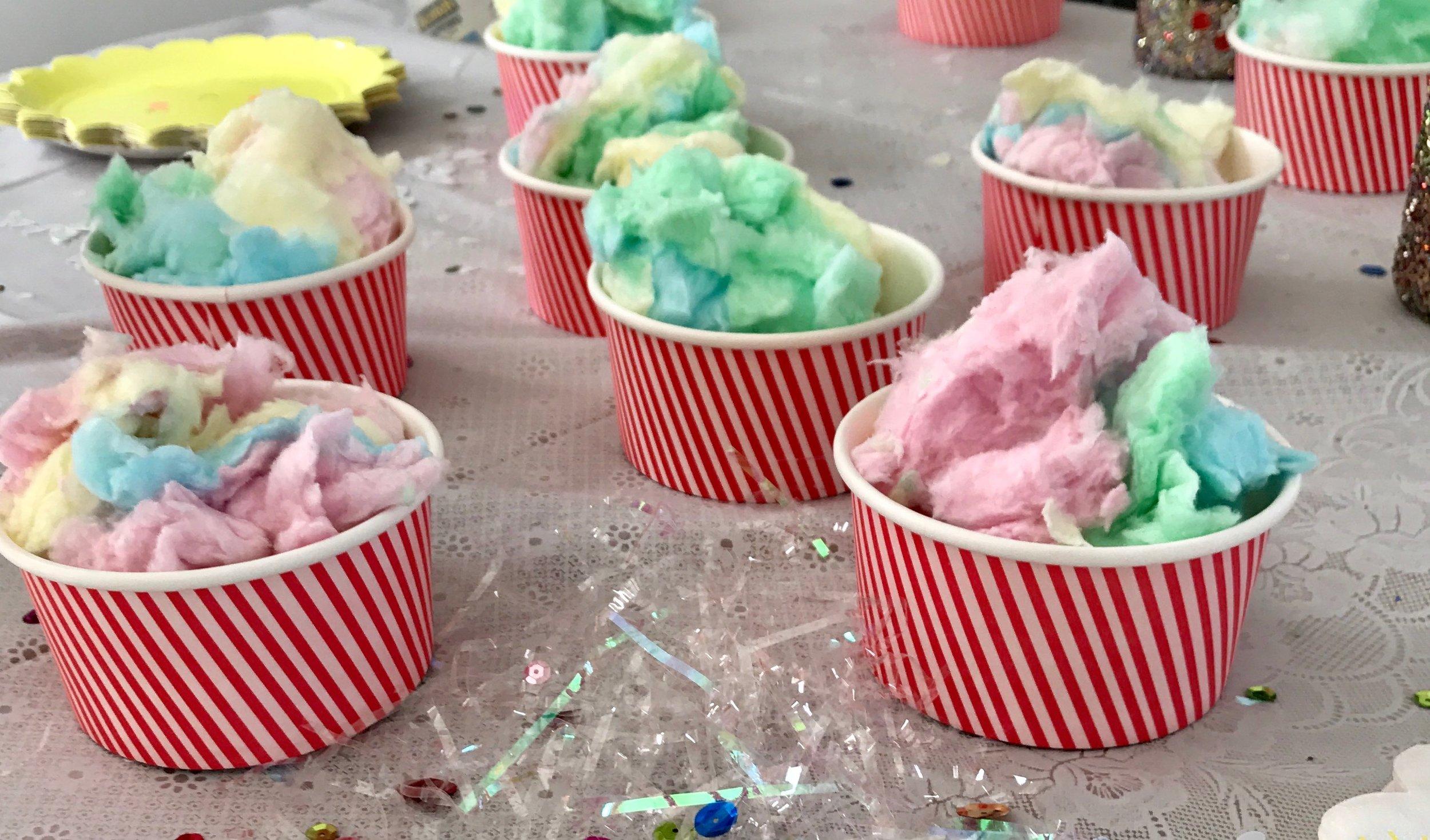 Vi la sockervadd i glassbägare och delade ut det som Unicorn poo och alla barnen var helt lyriska.