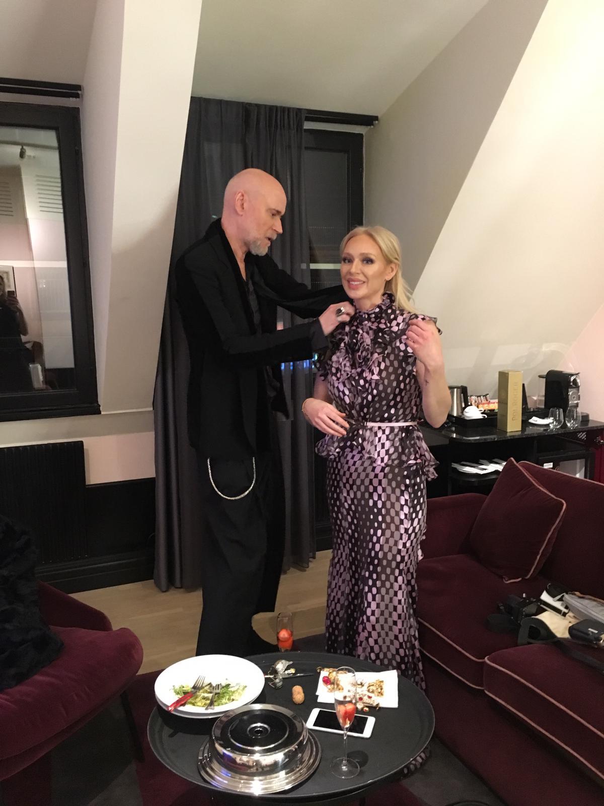 Sen kom Lars Wallin och levererade min klänning som han skapat. Helt fantastiskt.