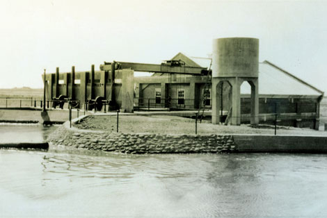 In the late 1800s, Phoenicians enjoyed the wonders of Arizona Falls, gathering there to picnic, socialize, and dance near the cool water. Located on the Arizona Canal between 56th and 58th Streets, Arizona Falls, built in 1902, was the first hydroelectric plant in Phoenix. Here the Arizona Canal drops 20 feet, and it was this falling water that was harnessed to produce power. The hydroelectric plant was one of four such plants located on canals in the valley. (SRP photograph)