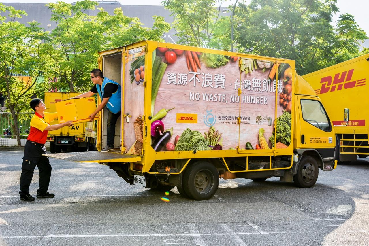 【圖片一】DHL秉持長期關懷台灣社會並回饋在地的精神,攜手台灣全民食物銀行倡導「食物不浪費、台灣無飢餓」理念,翻修退役運務車參與剩食專送,加快解決飢餓與食物浪費問題。.jpg