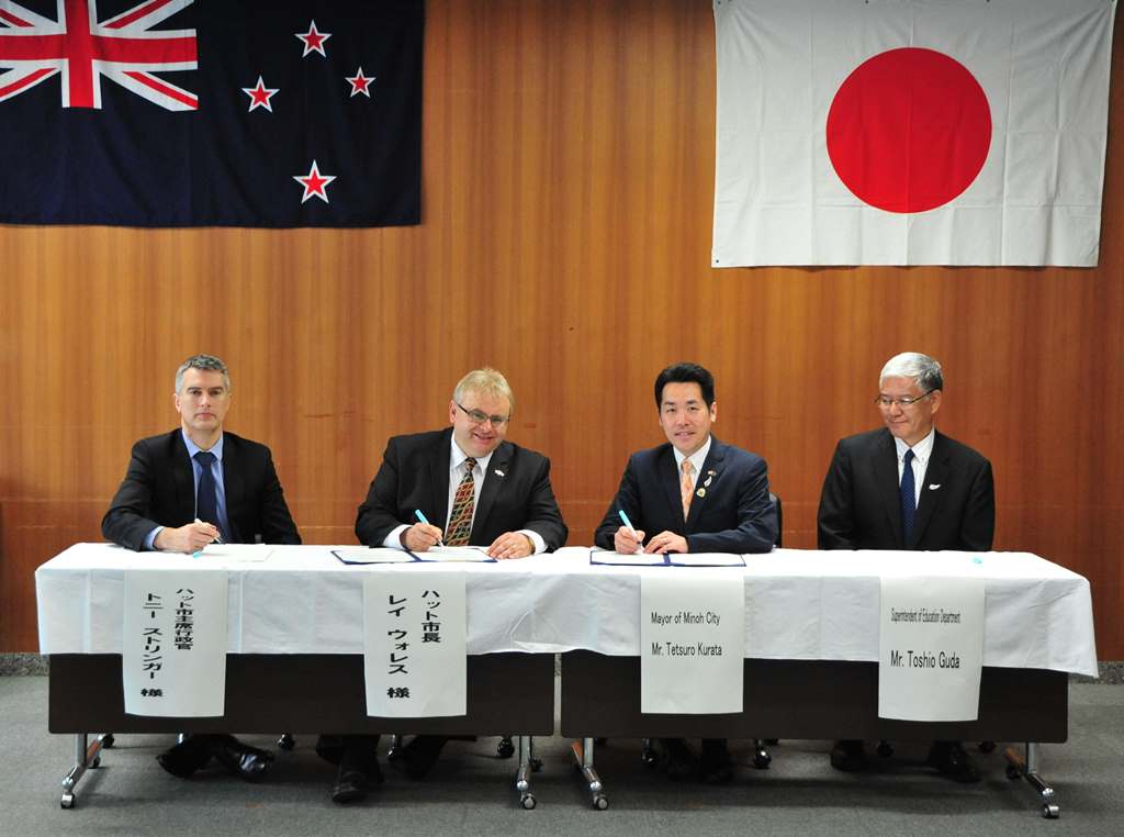 Tony Stallinger, Ray Wallace, Tetsuro Kurata and Toshio Guda signing an agreement committing to the teacher exchange.