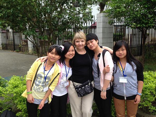 今天的    Jade    和她的姊妹們與    Dorothy Wong    女士的合照