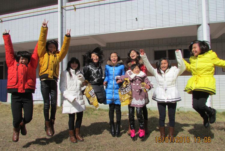 陽光兒童興奮地穿上新衣慶賀新春佳節。感謝    Dr. Suen    的捐贈!