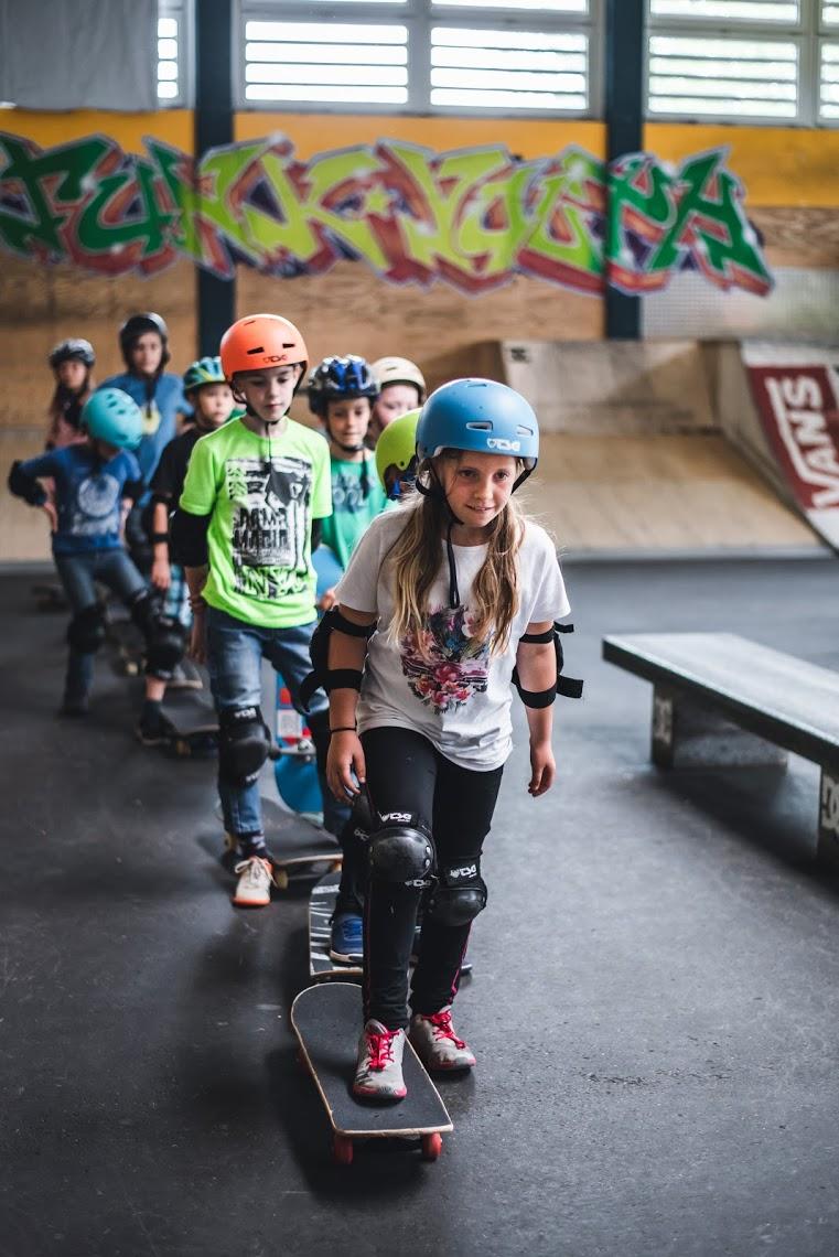 EinfachHIER ANMELDENSkate-Kurse !!! - Skateboarden lernen im Raum München und Umgebung. München, Freising, Holzkirchen, Bad Tölz, Lenggries, Landsberg usw. Der Skateboardkurs ist für Anfänger und Fortgeschrittene geeignet. Alle Kurse finden unabhängig voneinander statt.Das Equipment - Profi Skateboards, Schoner und Helme werden von uns kostenlos am Kurs verliehen, Der Kurs geht 3 Stunden und kostet 40€ inkl. MwSt. Unsere Kurse sind ab 6 Jahren. Neue Profi Skateboards und weiteres Equipment könnt Ihr auch bei uns im SHOP kaufen.