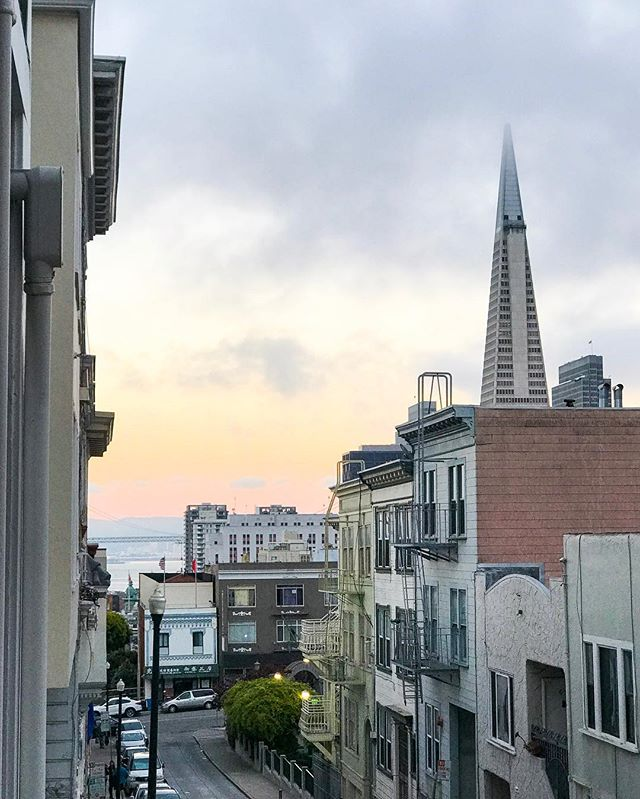 Such a pretty moody city sky. Random fact: we spotted #billclinton taking this same shot a couple of years ago. ✨ #sanfrancisco #alwayssf #limitlesssanfrancisco #exploresf #mondaymood #californiadreaming