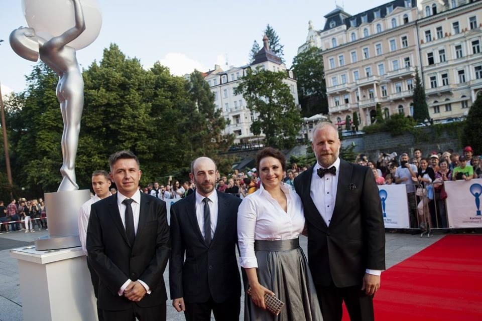 Na červenom koberci (zľava): Michal Novinski (hudba) s hercami Csongorom Kassaiom, Zuzanou Mauréry a Petrom Bebjakom. Foto:  Karlovy Vary International Film Festival