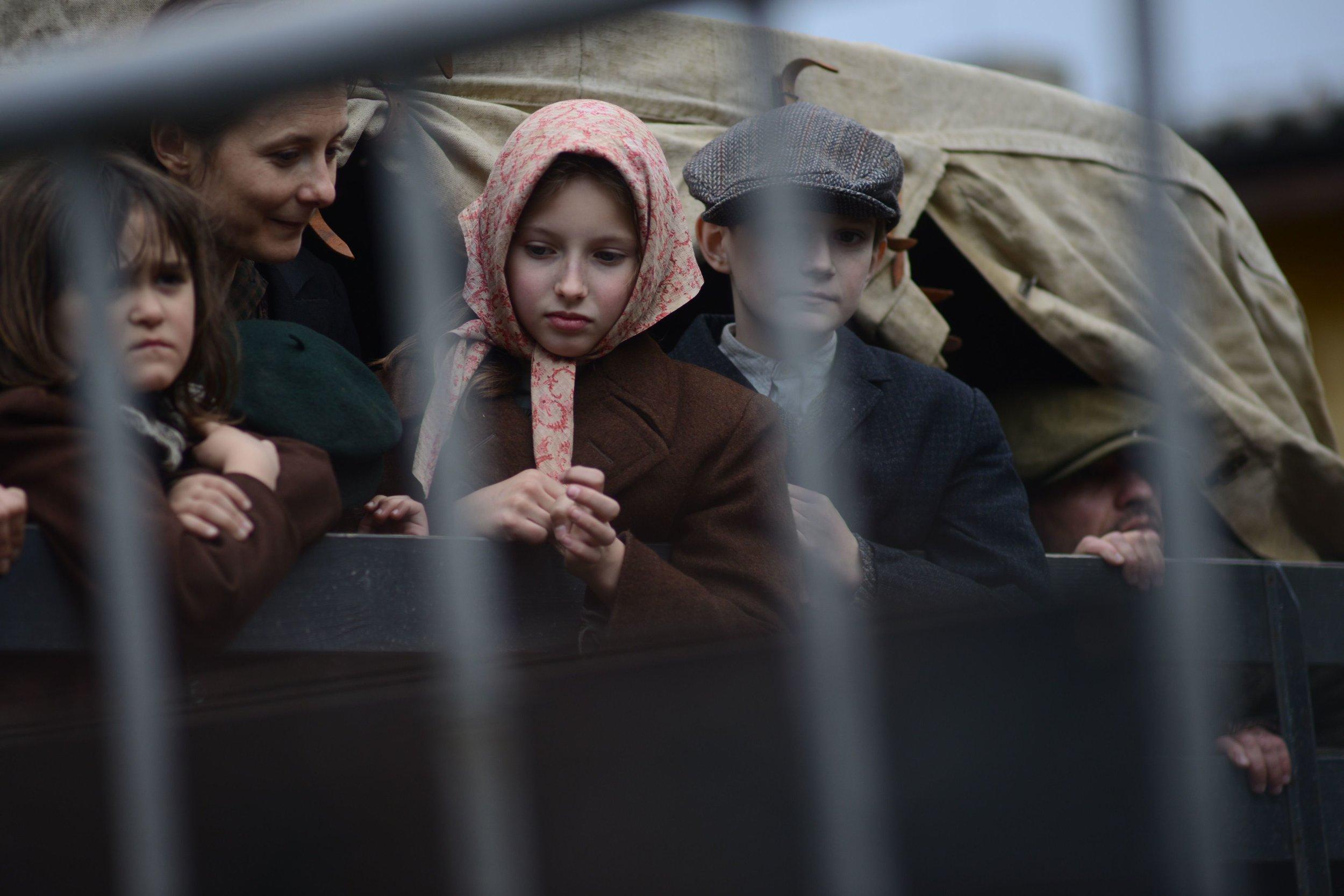 Od svitania až do tmy, v troch stupňoch Celzia, vetre a daždi stihol štáb celý nabitý program vrátane davových scén so židovskými utečencami.