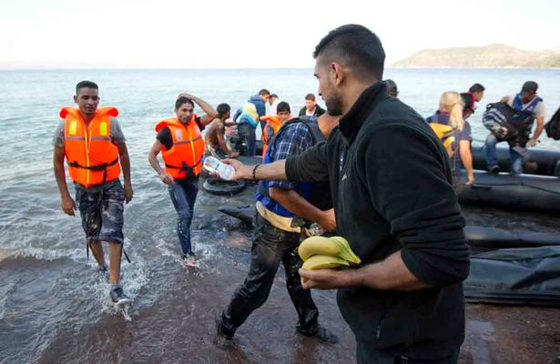 Amir-Khan-at-a-refugee-landing-beach-in-Skala-Sykamimineas-North-East-Lesbos.jpg