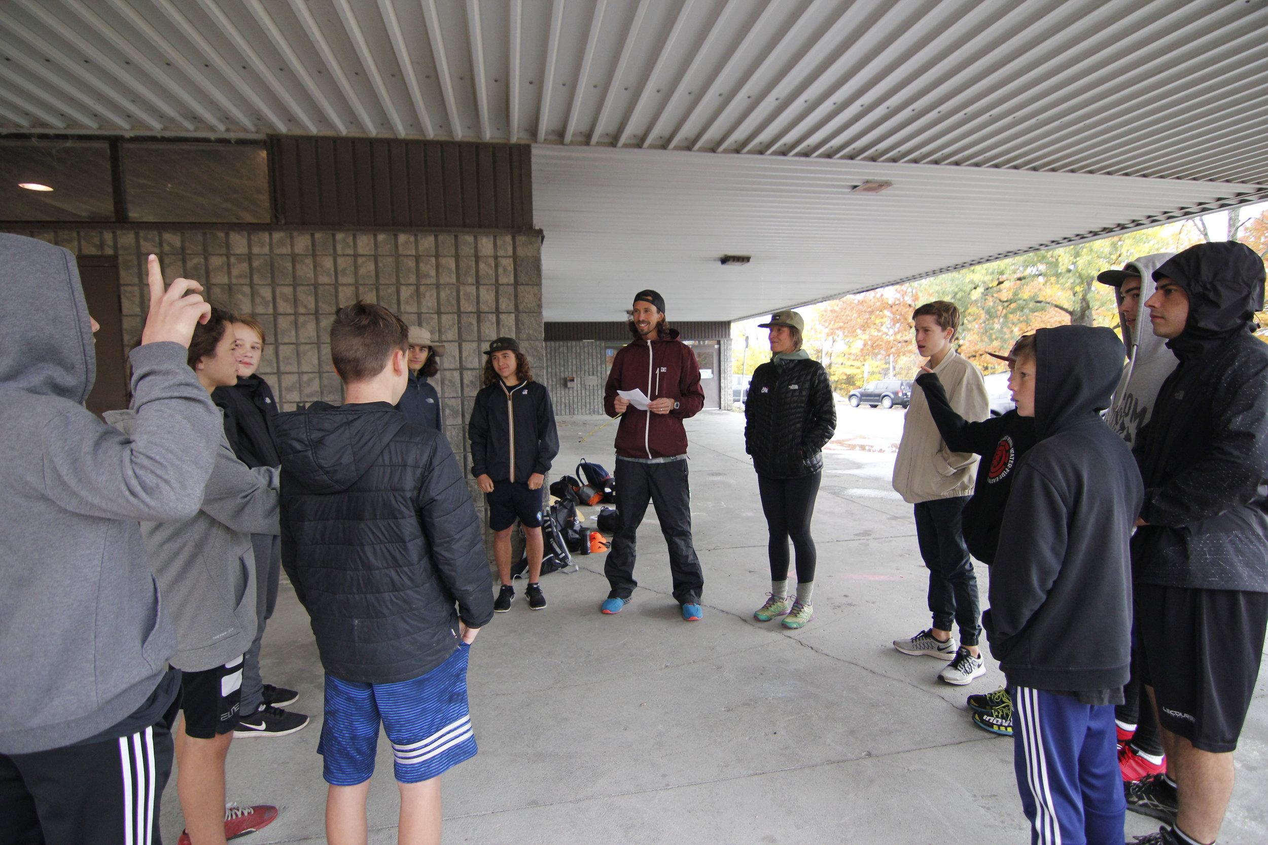 Échauffements avant d'entrer d'aller à l'intérieur pour notre premier entrainement de trampoline de la saison.