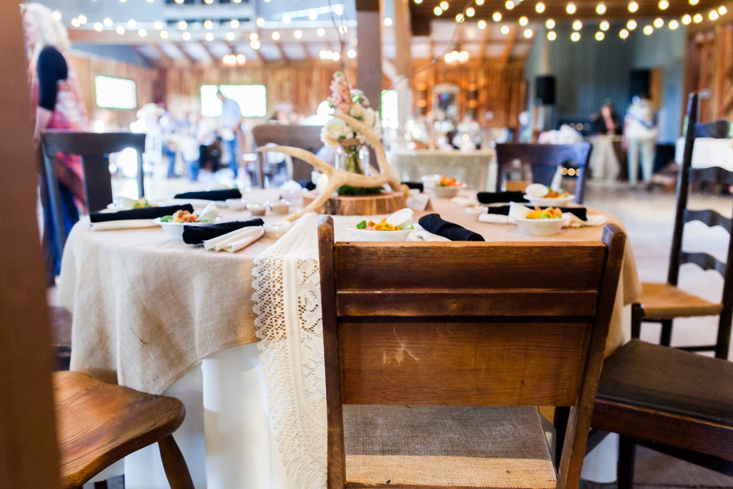 oklahoma wedding photographer pasture at willows ranch broken bow rustic mismatched chairs dinner