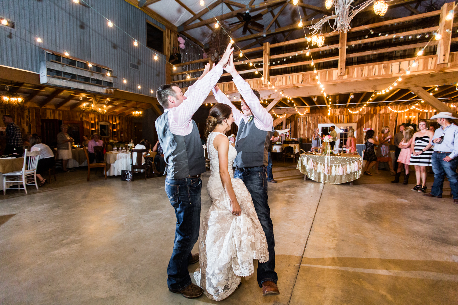 oklahoma wedding photographer pasture at willows ranch broken bow reception