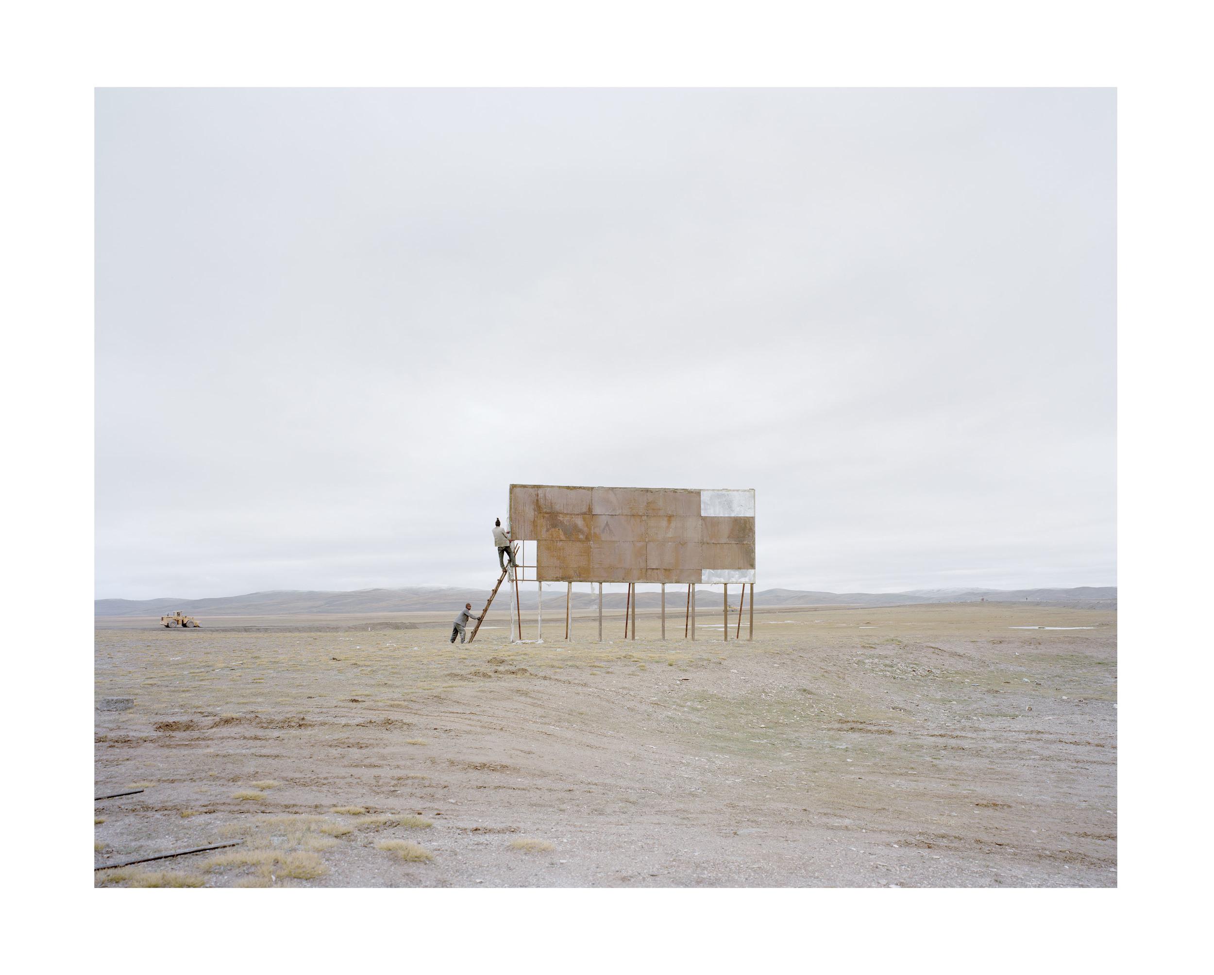 站上廣告牌的人, 青海, 2011            100 x 120   厘米/ 112x 138   厘米/ 140 x 168 厘米