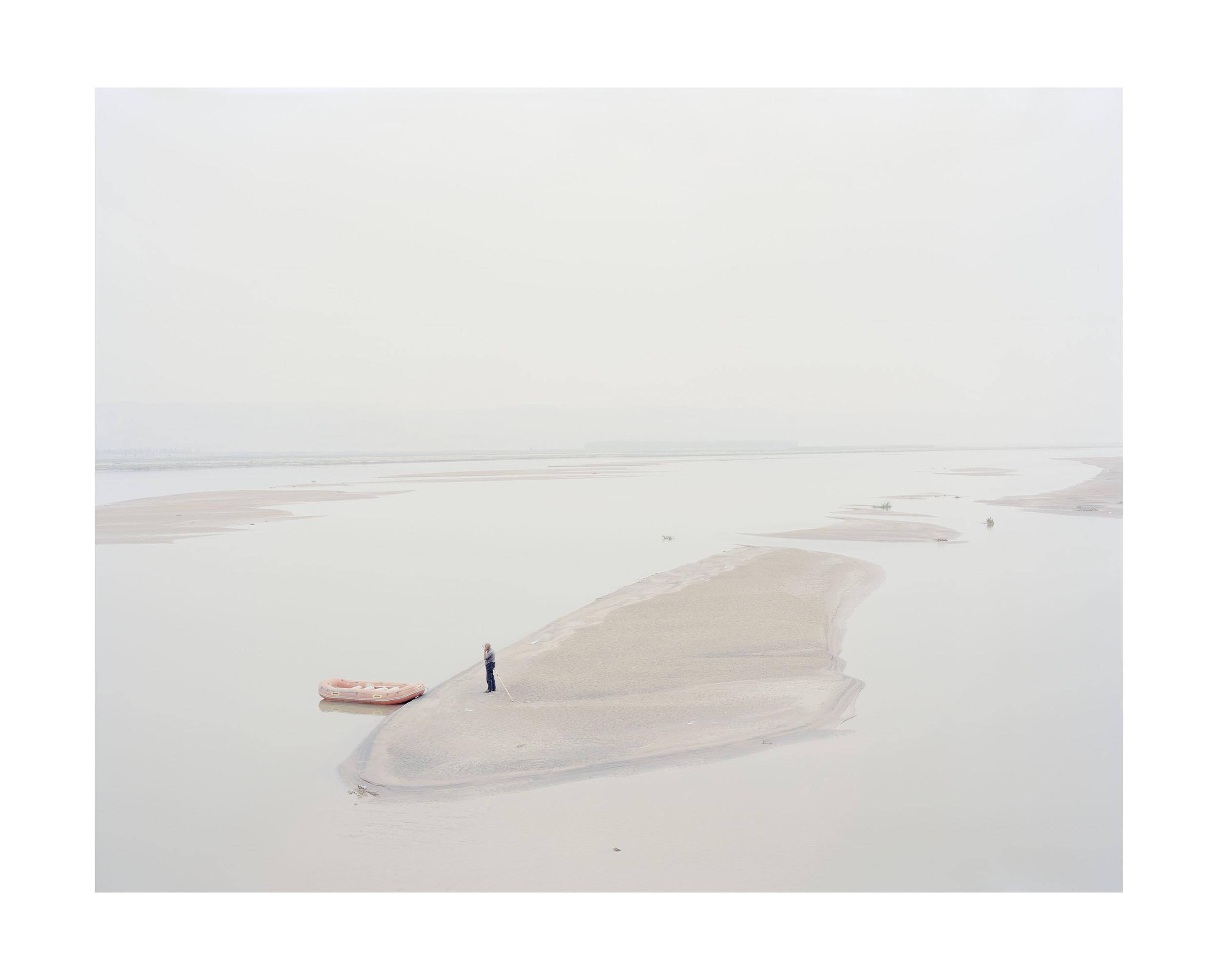 登上在河心小島的人, 陝西, 2012            100 x 120   厘米  / 140 x 168 厘米