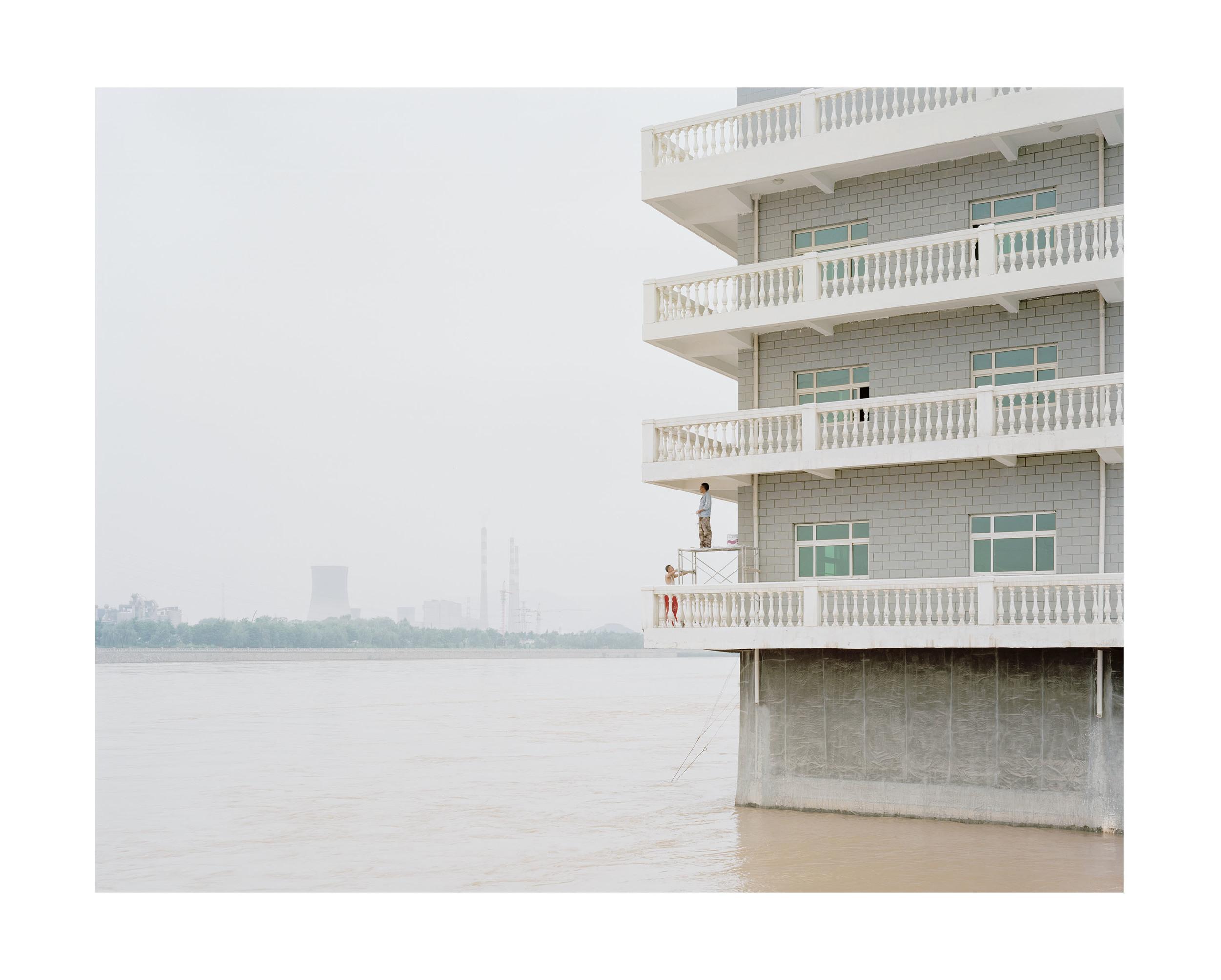 粉刷河中的房子的人, 甘肅, 2011            100 x 120   厘米/ 112x 138   厘米/ 140 x 168 厘米
