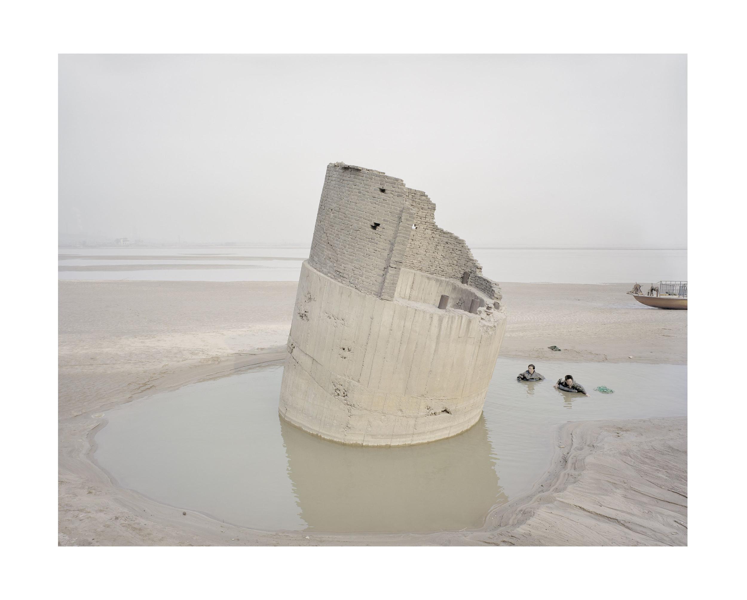 河邊捕魚的人, 陝西, 2012            100 x 120   厘米/ 112x 138   厘米/ 140 x 168 厘米