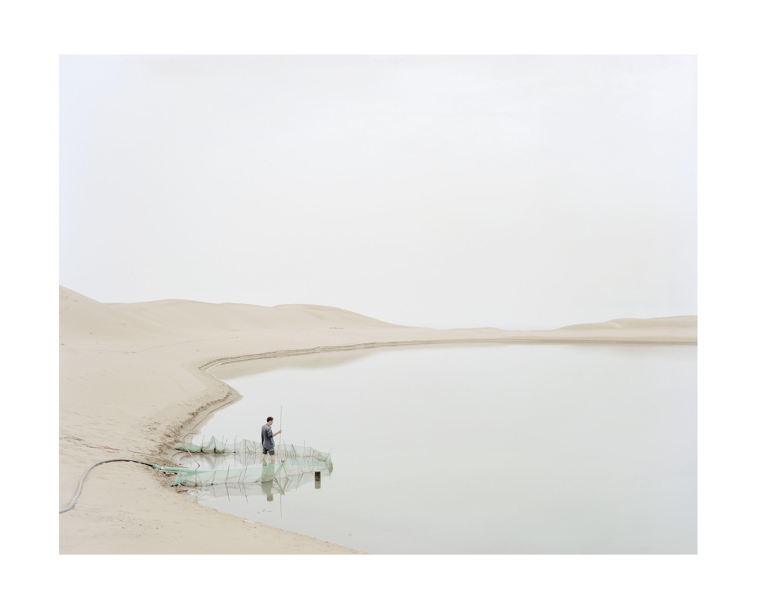 向沙漠抽水的人, 寧夏, 2011            售罄