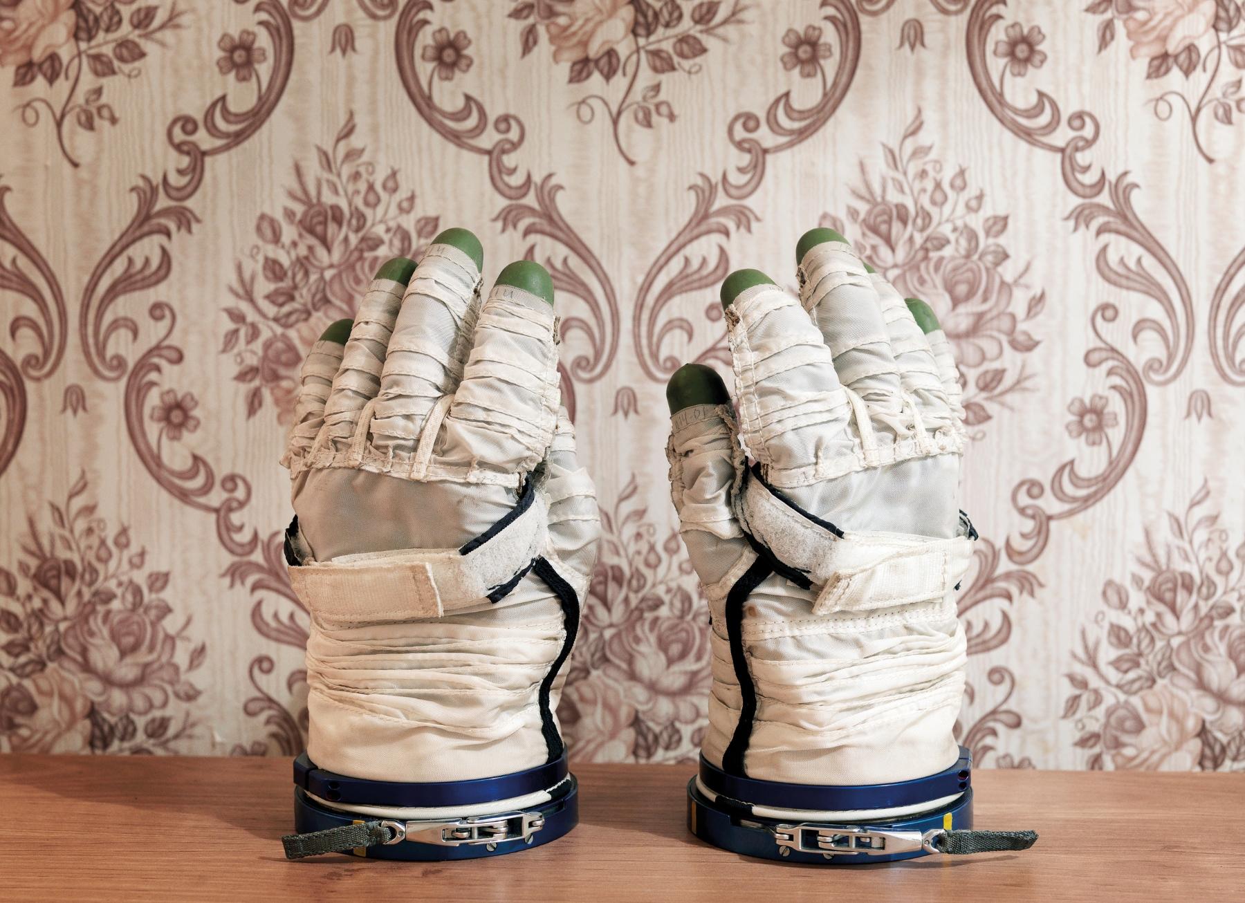 Sokol Space Glove  加加林宇航員培訓中心[GCTC],星城,Zvyozdny Gorodok,俄羅斯,2007  100 x 130 厘米 / 153 x 200   厘米/ 180 x 235   厘米