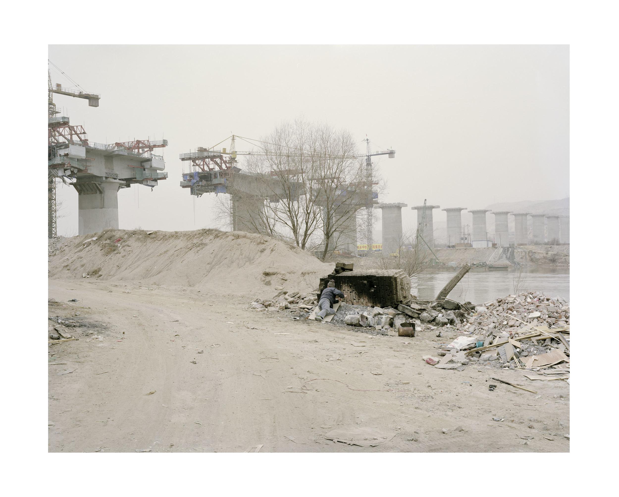 橋邊午休的人, 甘肅, 2010       100 x 120 厘米/ 112x 138 厘米/ 140 x 168 厘米