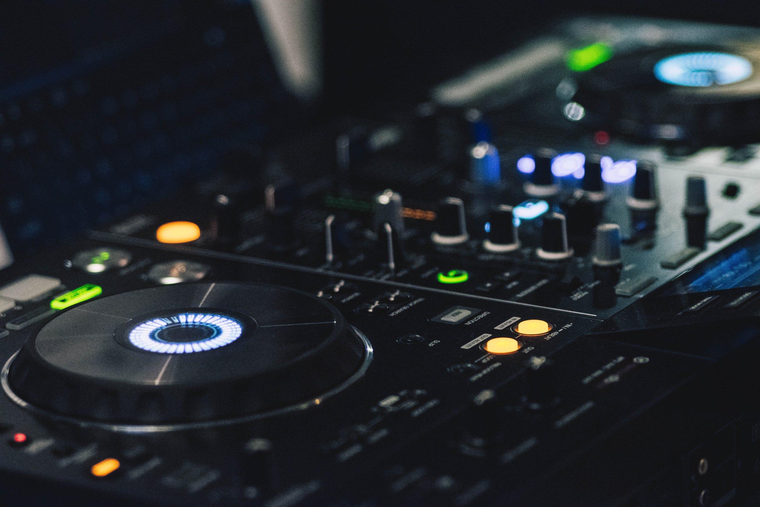 audio-mixer-close-up-console-323687.jpg