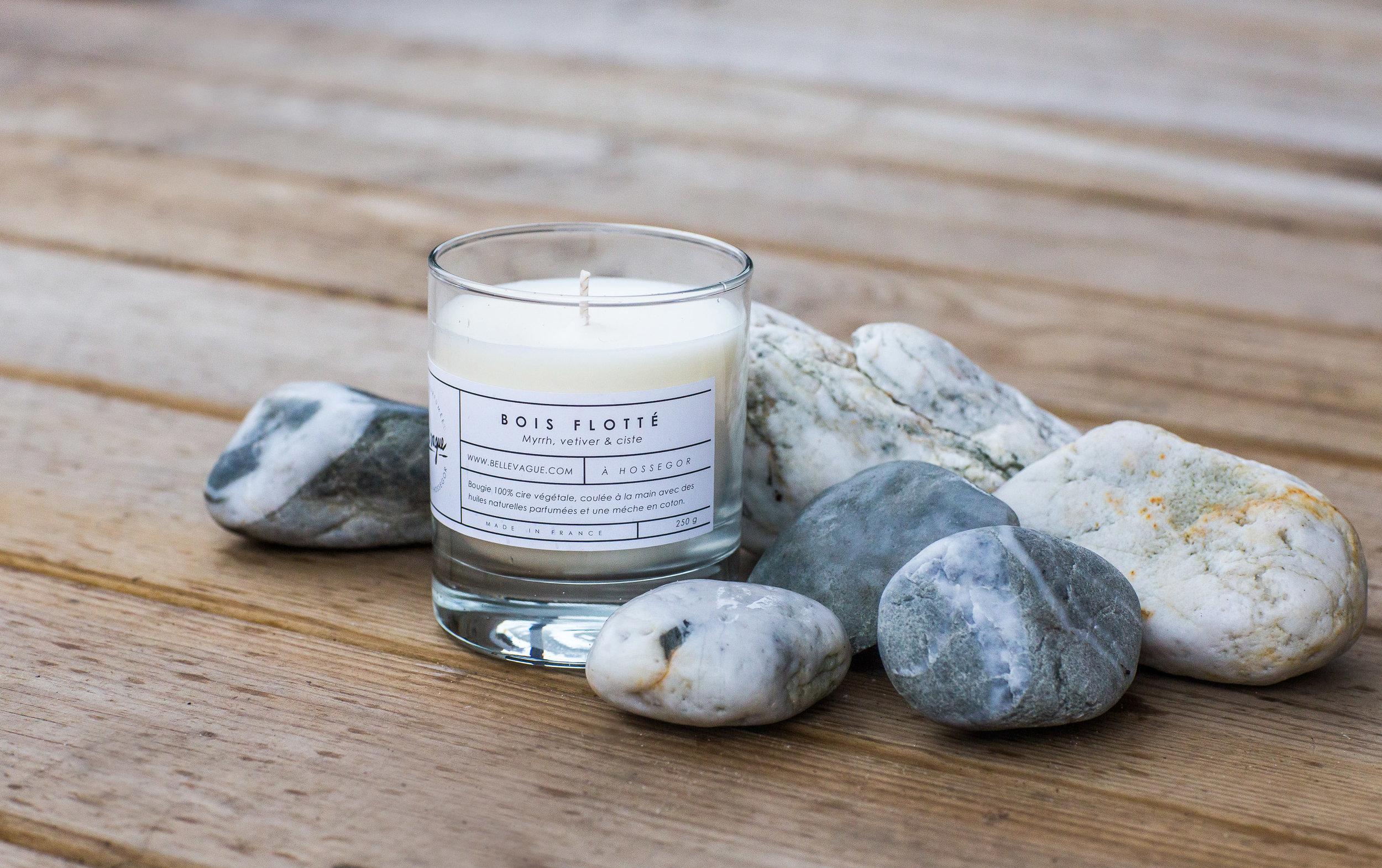 Bois Flotté - Cette bougie á un parfum boisé épicé. Avec sa touche unique légèrement masculine, il mélange vétiver, myrrhe et ciste.