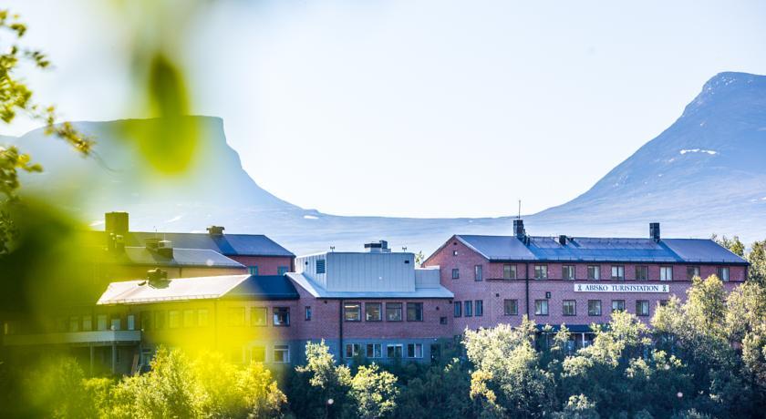Abisko Turiststation STF(瑞典旅遊)   這家酒店位於阿比斯庫國家公園(Abisko National Park)內,距離托訥湖(Lake Torneträsk)700米,提供酒店客房、經濟間、自助式小屋、拉普蘭風味美食和桑拿浴室,距離阿比斯庫火車站(Abisko Railway Station)有5分鐘步行路程。  Abisko Turiststation STF酒店寬敞的小屋設有2間臥室以及1間客廳煎廚房。客房設有私人浴室或共用浴室設施。  Abisko STF酒店的餐廳享有托訥湖(Lake Torneträsk)和周圍山脈的全景。酒店供應帶有機食品的自助早餐。  客人可於冬季期間在酒吧享用滑雪後飲品。夏季期間,酒店可以定期安排音樂和其他娛樂活動。  所有客人均可使用設施齊全的共用廚房、洗衣設施和電視室。商店出售新鮮出爐的麵包、飲品和小吃。酒店的公共區覆蓋有免費Wi-Fi。  Kungsleden徒步旅行路線經過Abisko Turiststation酒店門口。酒店內提供徒步旅行和滑雪設備以及自行車租賃服務。