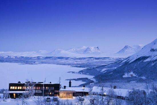 Hotel Fjallet   Abisko附近唯一四星級旅館,座落在Bjorkliden滑雪場,有絕佳的美景,有餐廳,午餐125kr自助式buffet,晚餐價位400kr左右。  除旅館以外還有四人小木屋房型及8至10人大型獨立木屋房型,及青年旅館部份。  由於距離離Abisko較遠,10公里車程,適合自駕的客人前往,住宿費用可能比大多數Abisko旅館便宜一點。