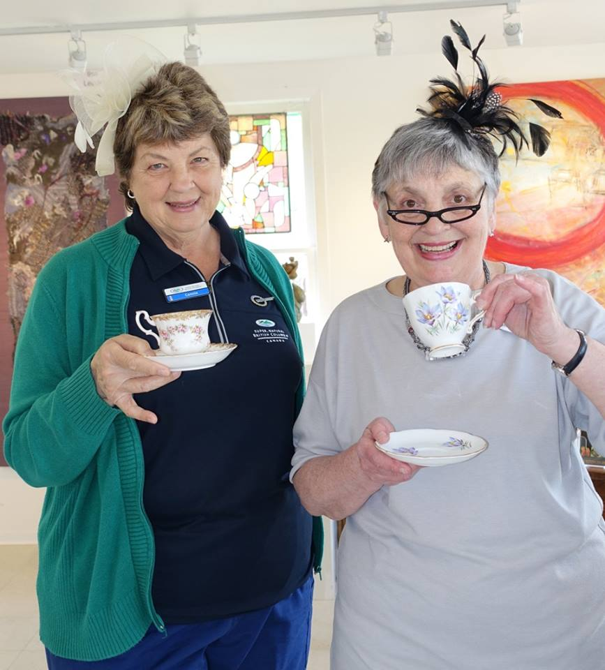 Connie from the Visitor Centre and bead jeweller Carol Newmayer