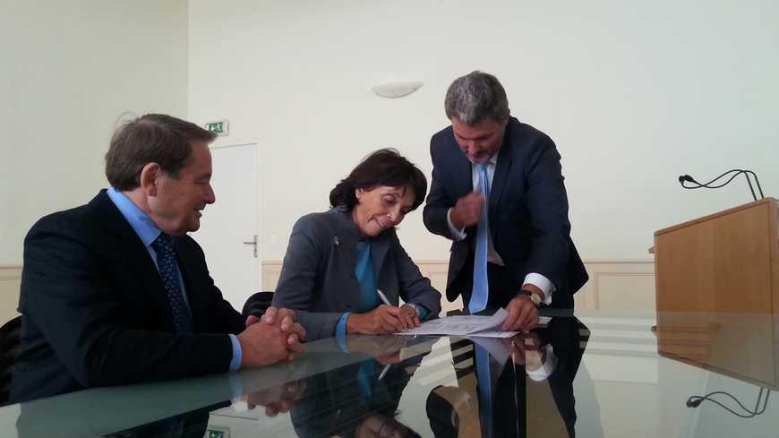 Signature de l'acte de donation de la collection personnelle de Zao Wou-Ki à Issoudun