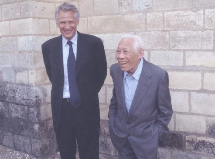 Dominique de Villepin et Zao Wou-Ki lors de l'inauguration des vitraux du prieuré de Saint-Cosme, près de Tours, en juillet 2010 © DR