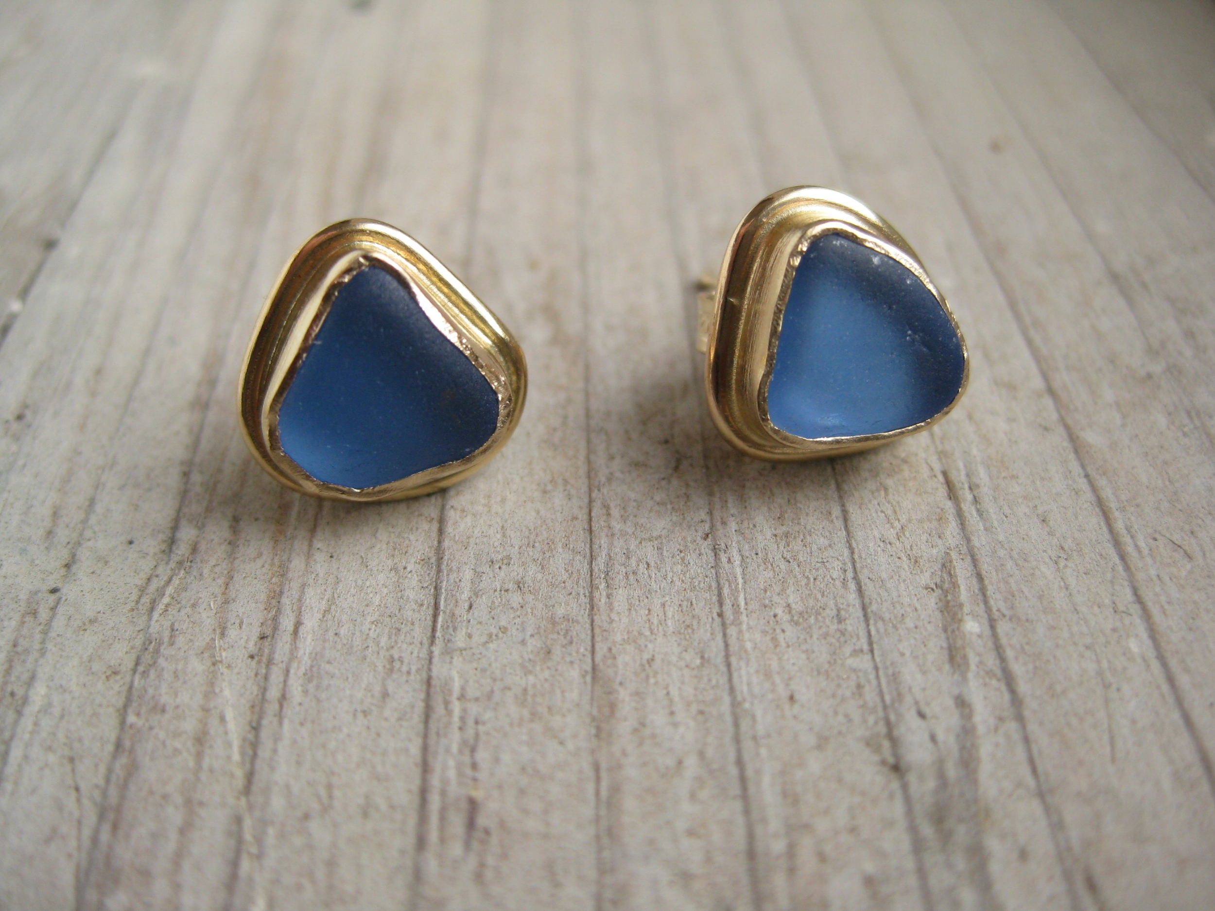 gold studs w/border (feat. conflower blue seaglass)