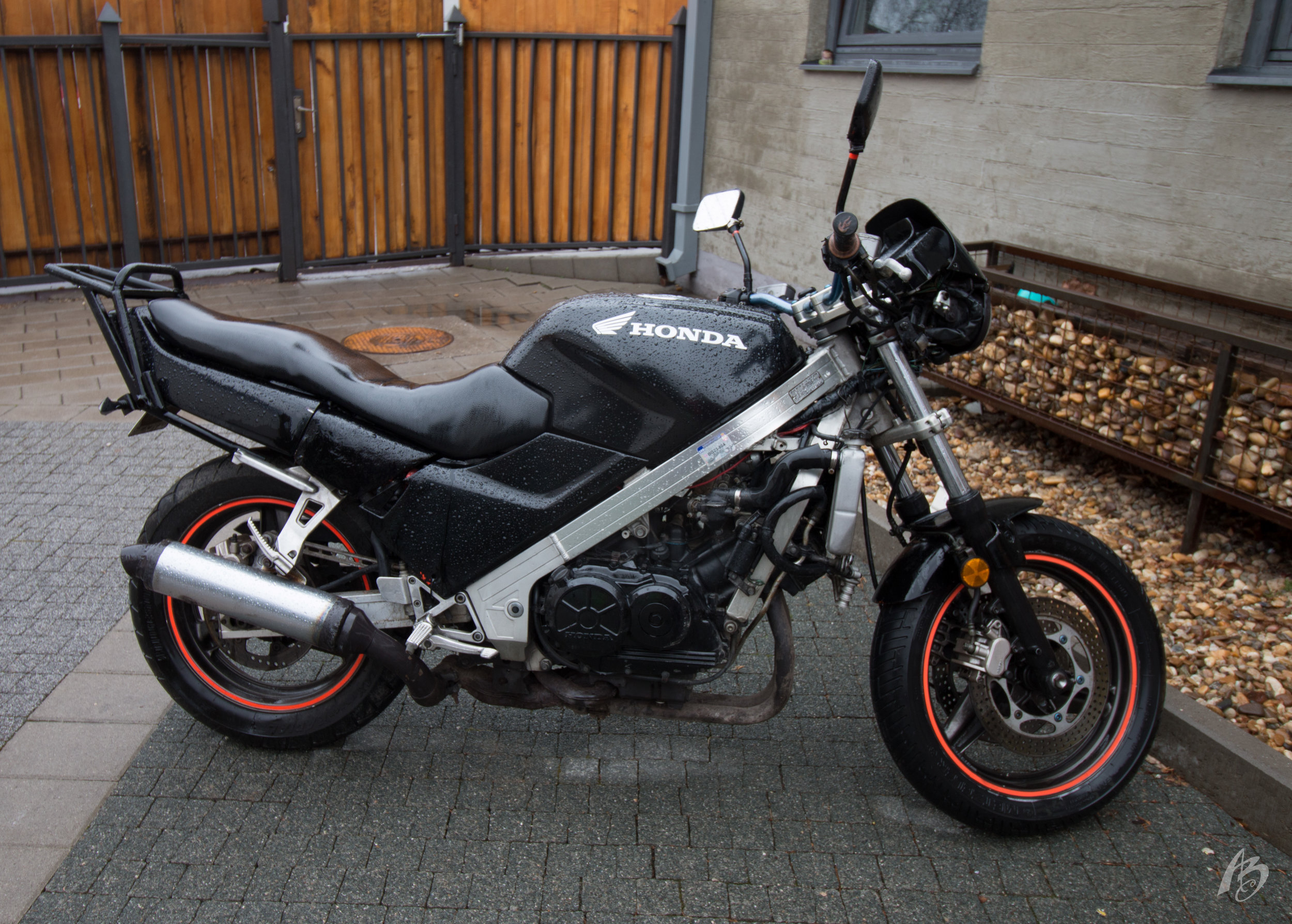 """'89 Honda VFR750F. Some """"custom"""" mods made, but overall in good shape. (Rainy day ☹)"""