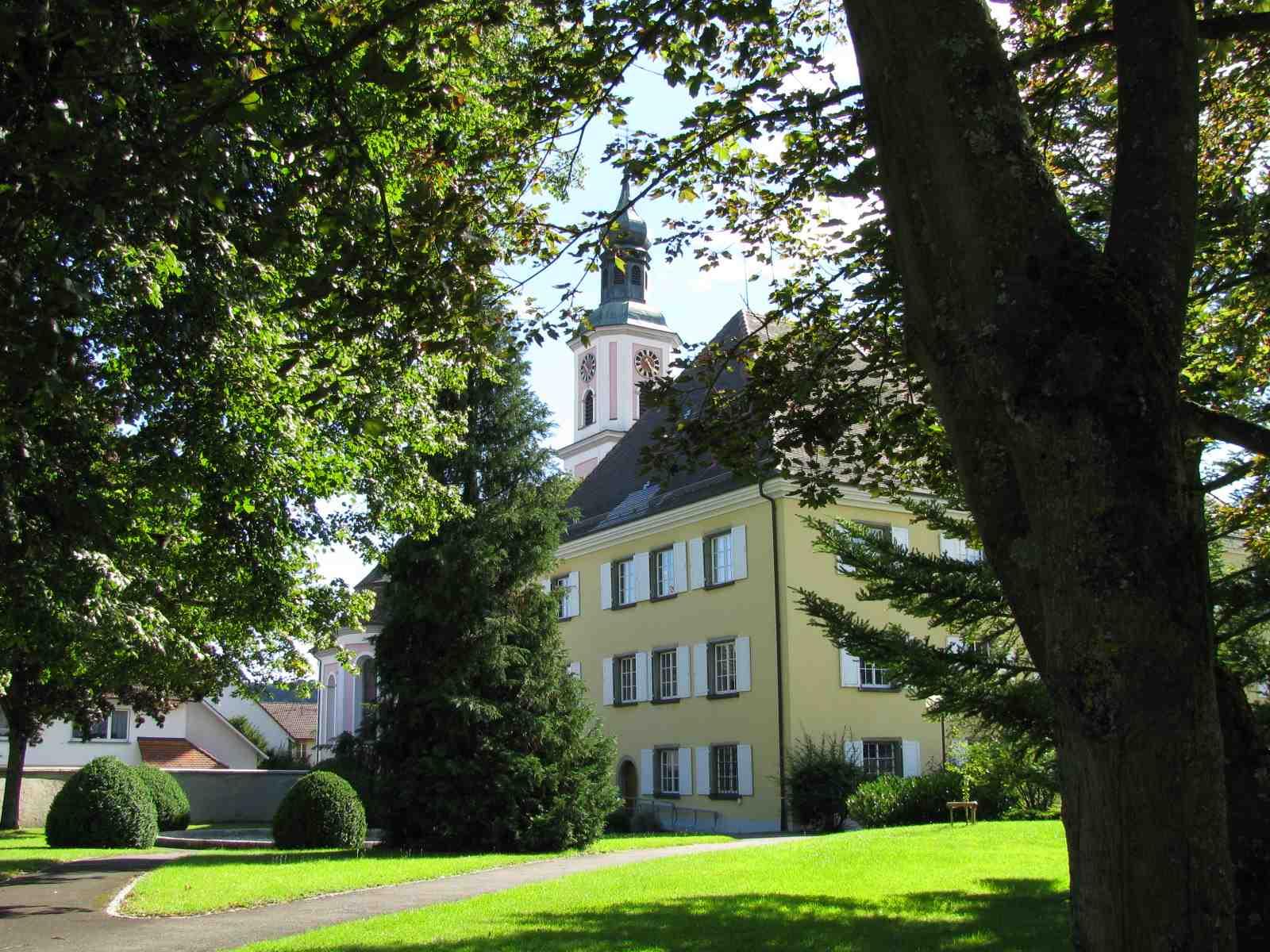 Kirche und Rathaus (von hinten) in Hilzingen