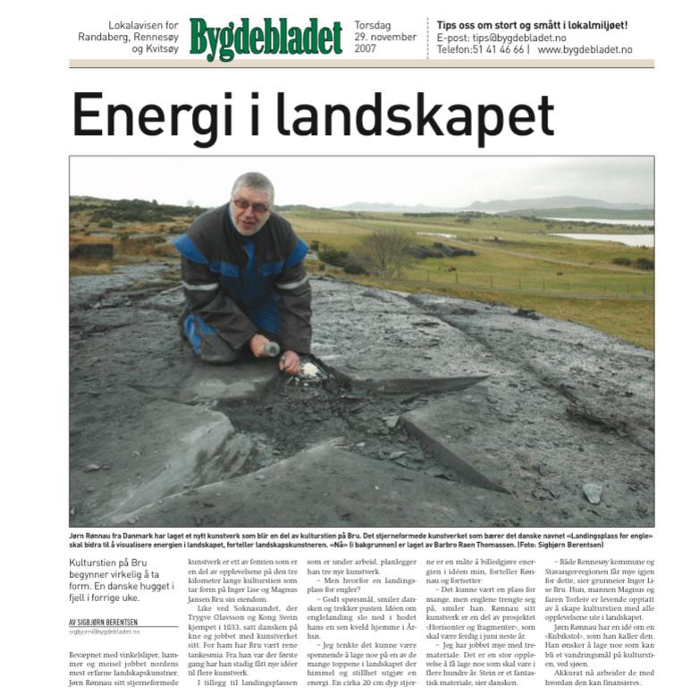 Kunstneren i færd med at skabe sit stjerneformede himmelsoejl, skabt af den daglige nedbør her på Vestlandet i Norge.