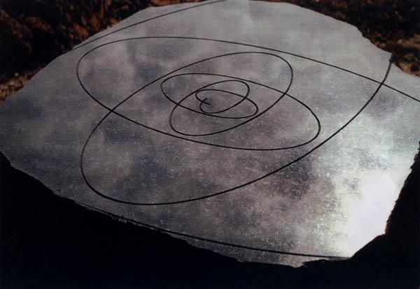 Centrum for Vinterens Hjerte, er Markeret med denne sorte granitsten I True Skov ved Århus. Stenen her indgraverede give mindste synlige hjertelinjer.