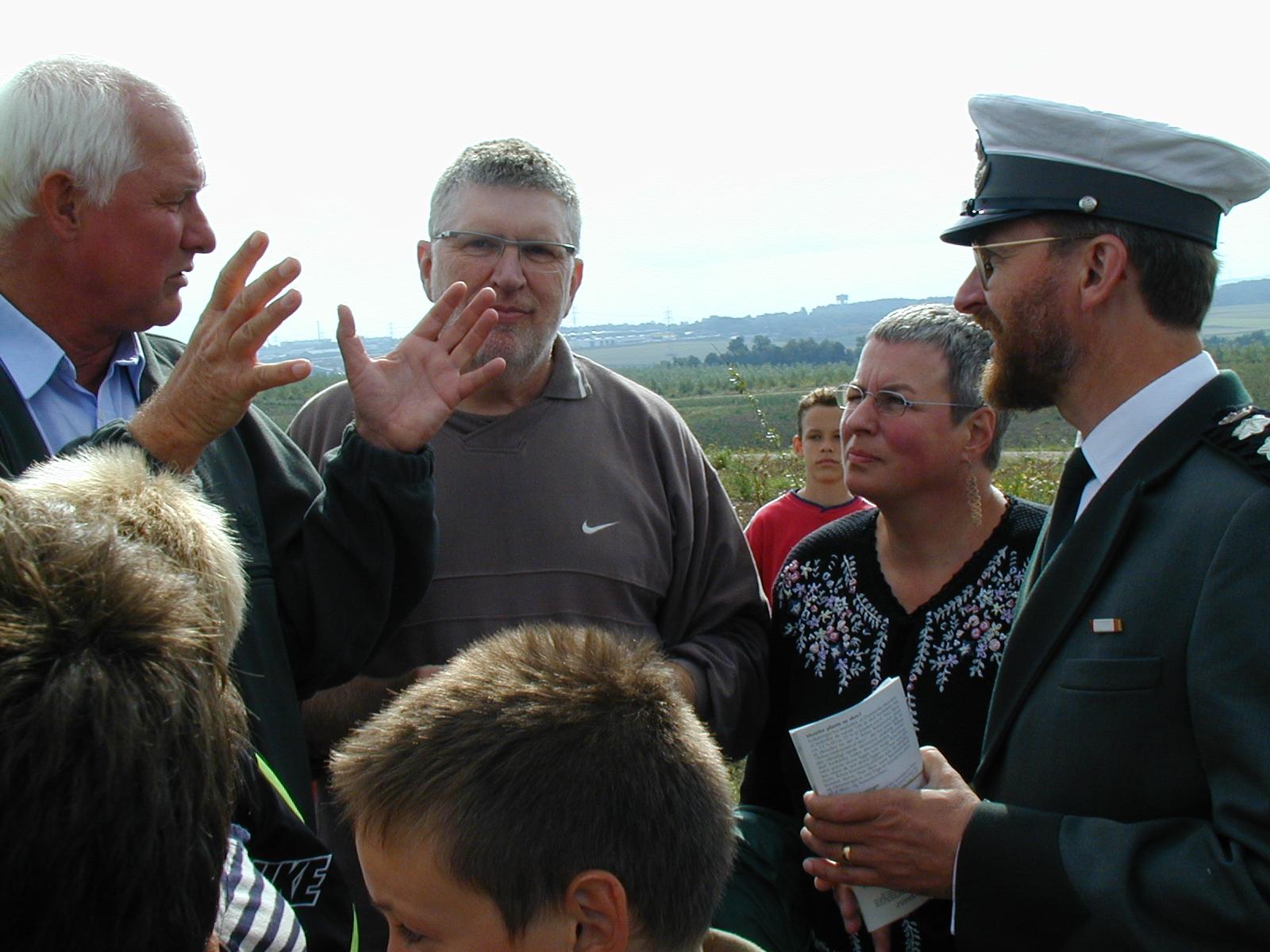Indvielsen i 2000 blev foretaget af daværende miljøminister Svend Auken. Han ses her efter indvielsen i samtale med Jørn Rønnau og statsskovrider Niels Bundgaard.