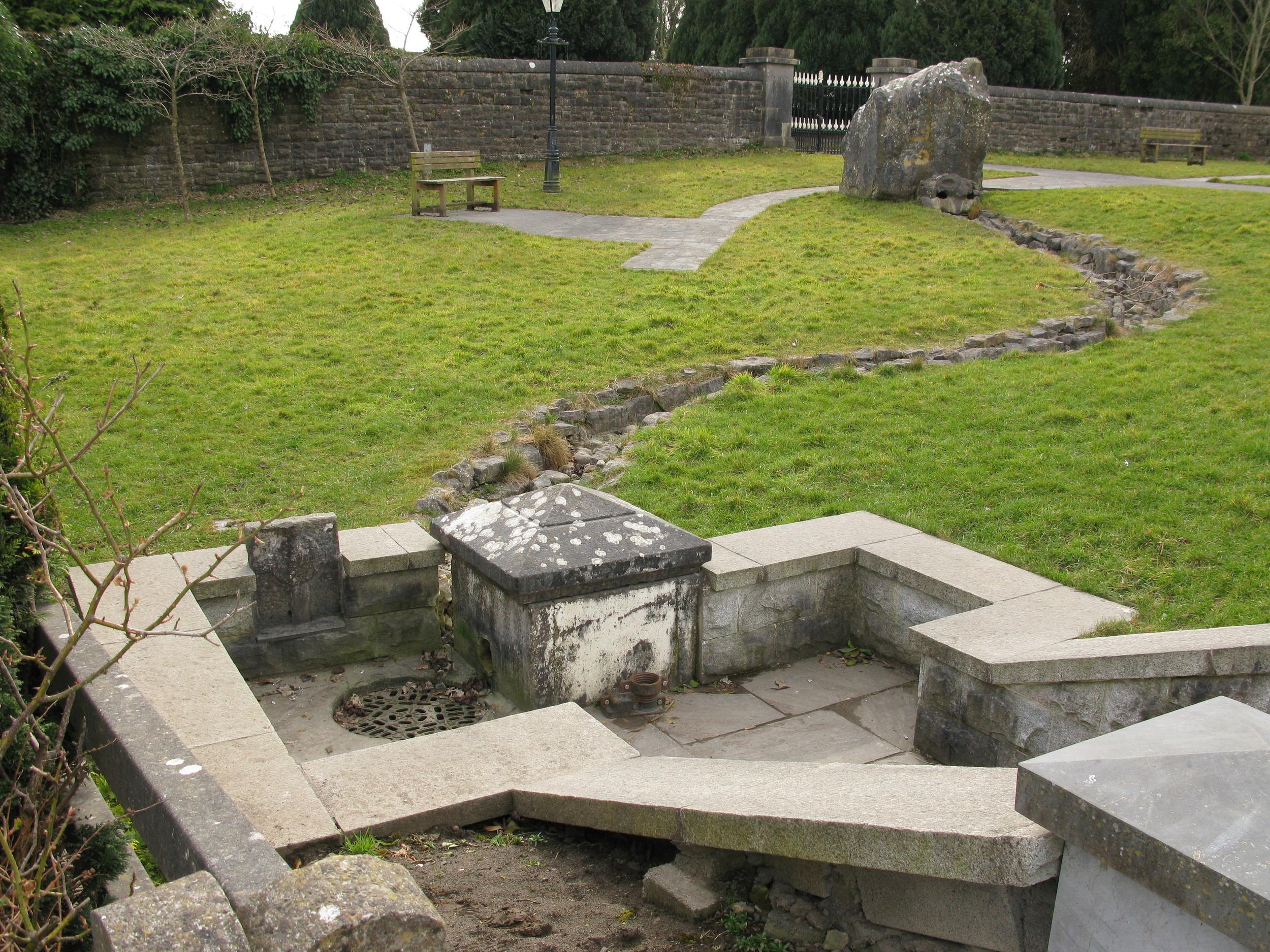 12. Tobar Mhuire, Elphin, Roscommon. Jeg måtte løfte kloaklåget for at hente lidt vand.