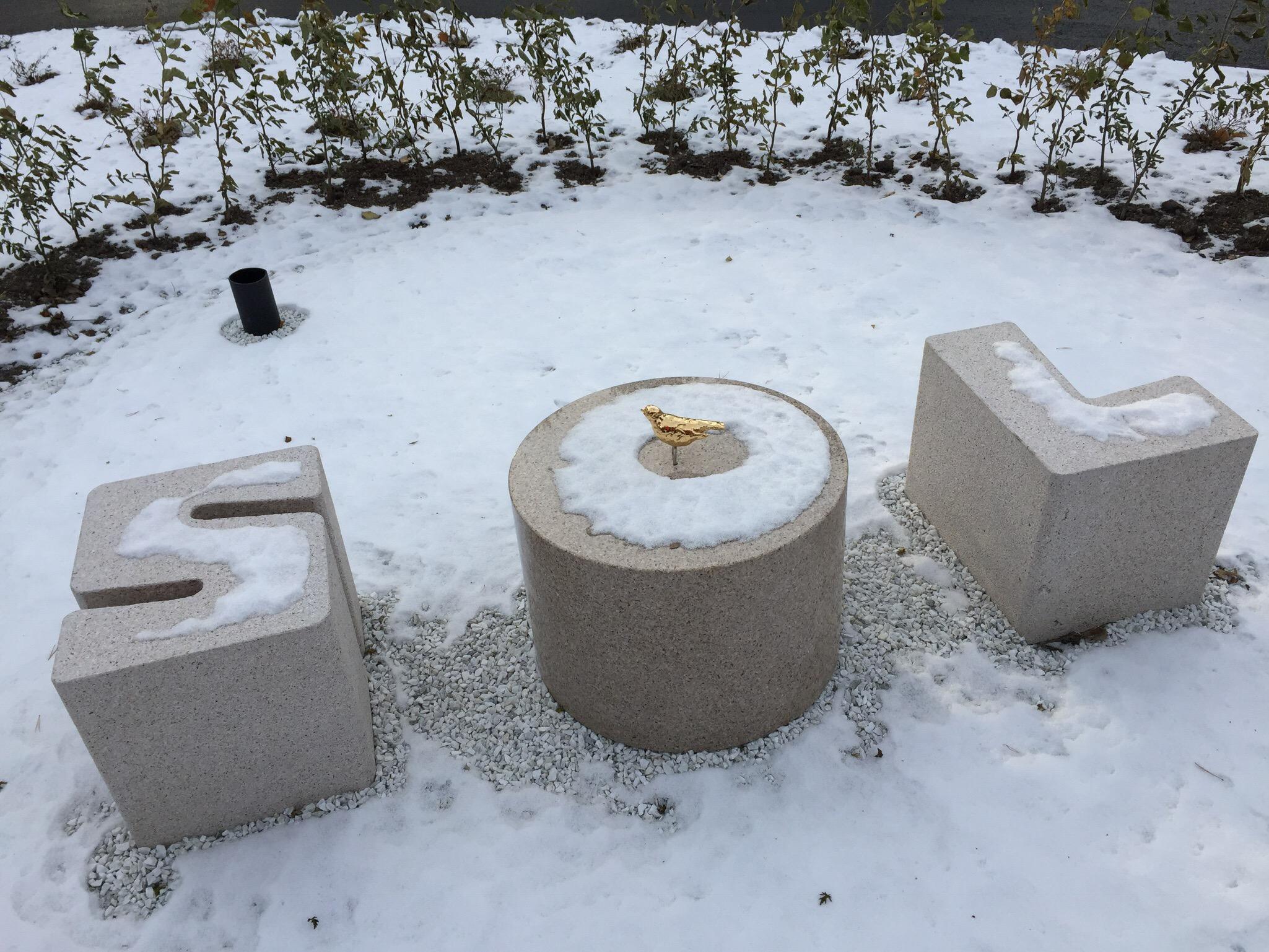 Det lyse rum, her endnu lysere at sneen, med siddepladser af bogstaverne: S, O og L. Midt på O´et sidder en lille gylden fugl.